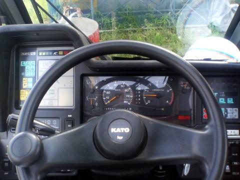 ラフタークレーン運転席 運転席はこのような感じです。 ラフテレーンクレーン(ラフタークレーン)は